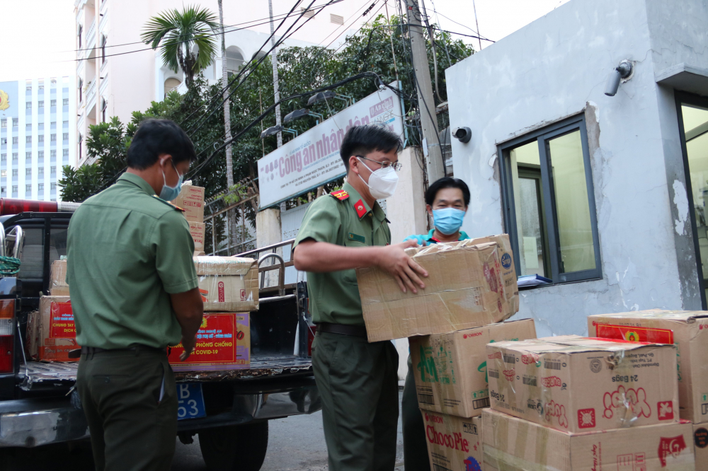 Qùa của cán bộ, chiến sĩ Công an tỉnh Nghệ An tới TP.HCM vào chiều 17/7.
