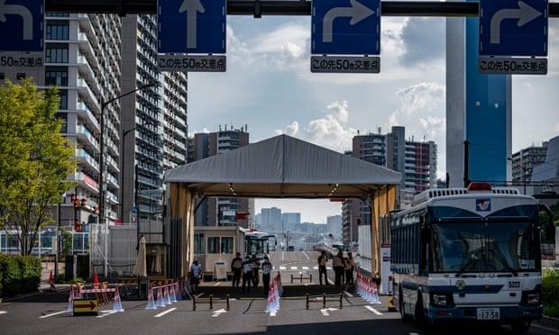 Một lối vào làng Olympic ở Tokyo. Các nhà tổ chức chưa tiết lộ quốc tịch của người có kết quả xét nghiệm dương tính với Covid-19. Ảnh: Philip Fong / AFP / Getty Images