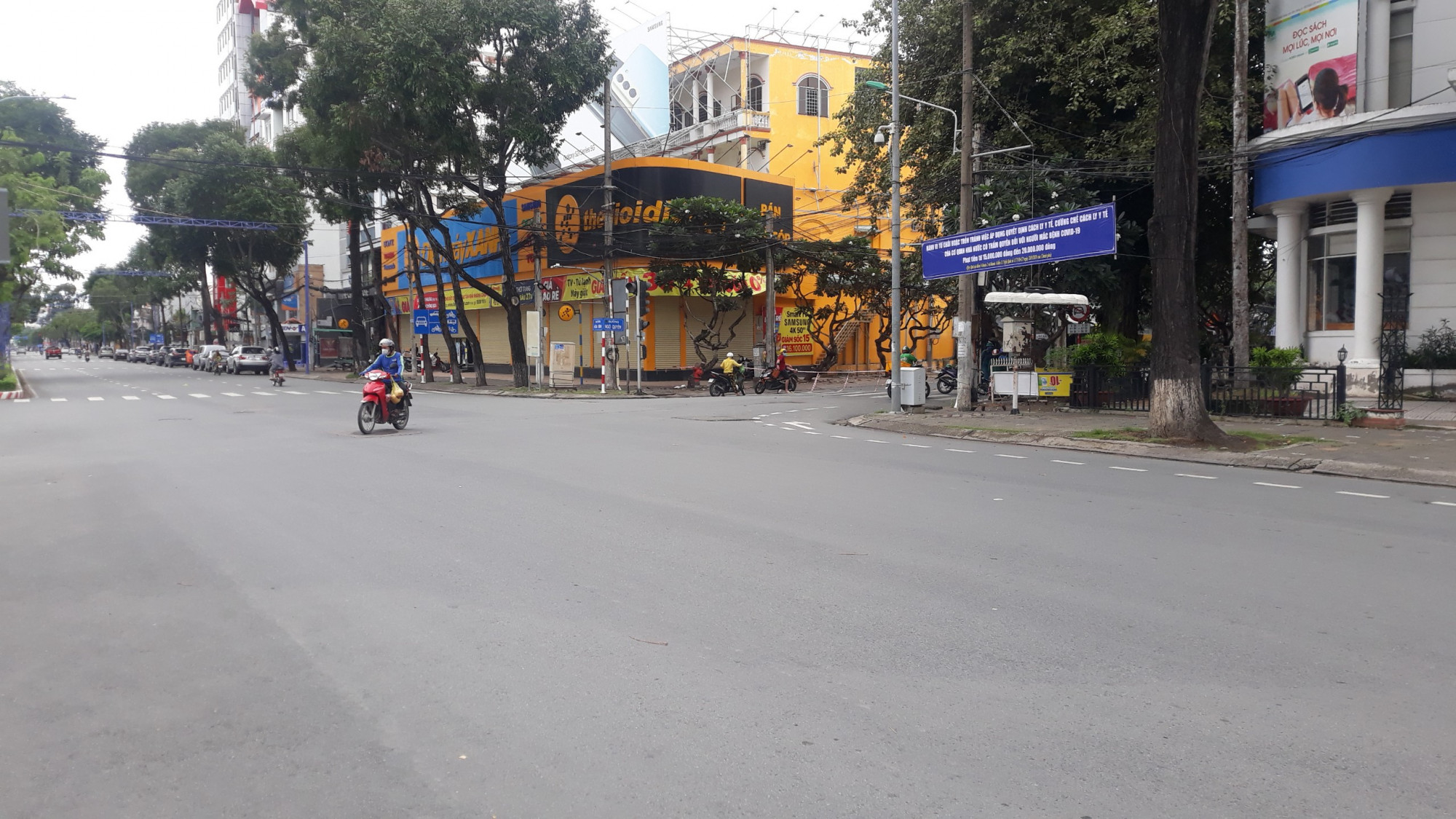Đường phố trên địa bàn trung tâm Cần Thơ vắng người, xuất hiện nhiều chốt chặn kiểm soát người đi lại