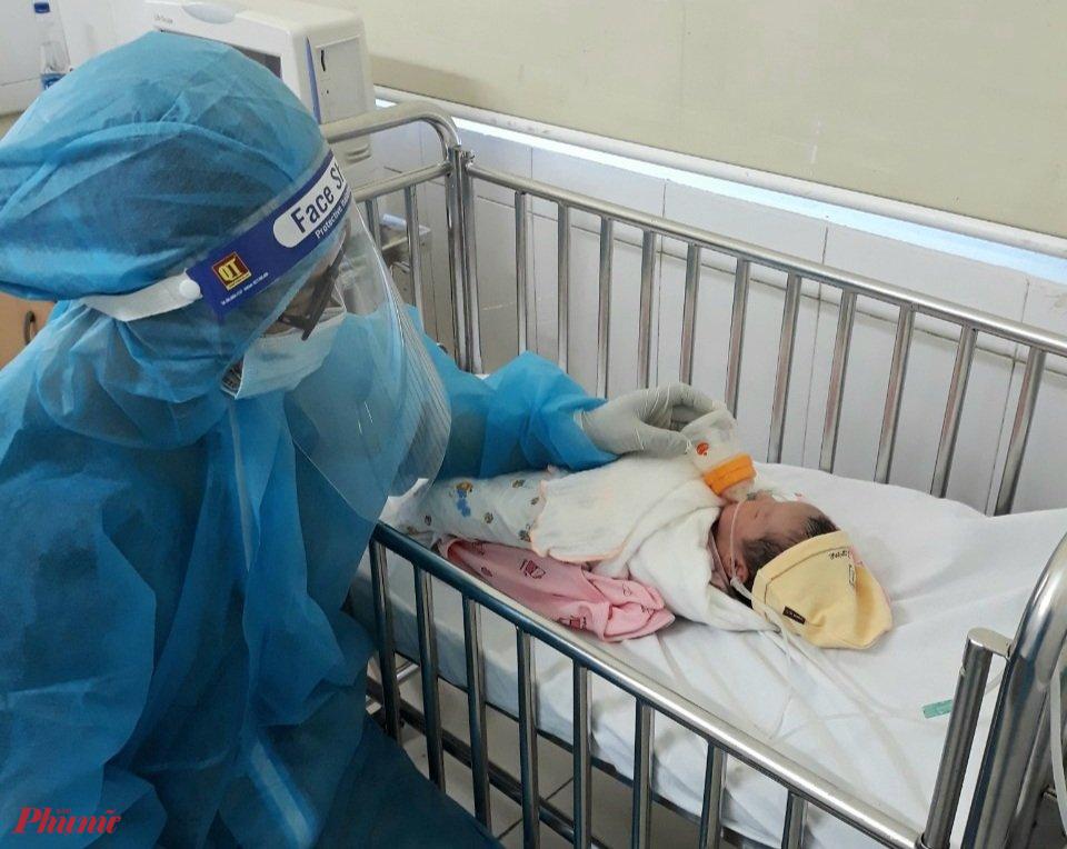 Bé gái tạm thời được các bác sĩ chăm sóc trong thời gian cách ly