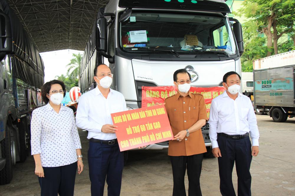 Thay mặt nhân dân TPHCM, lãnh đạo TPHCM tiếp nhận tấm lòng của Đảng bộ, chính quyền và nhân dân tỉnh An Giang.