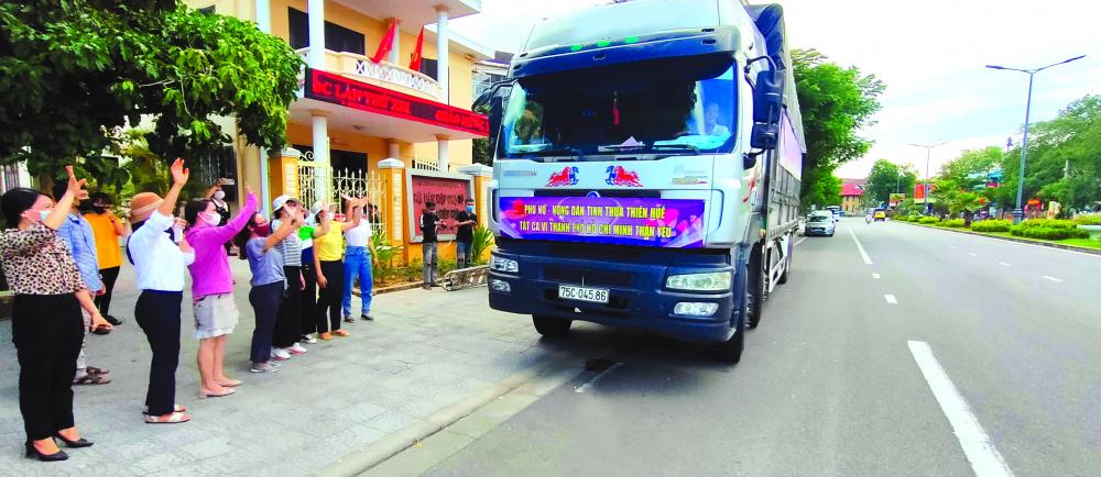 Từng đoàn xe chở hàng nối tiếp nhau chạy vào TP.HCM hỗ trợ bà con chống dịch ẢNH: THUẬN HÓA