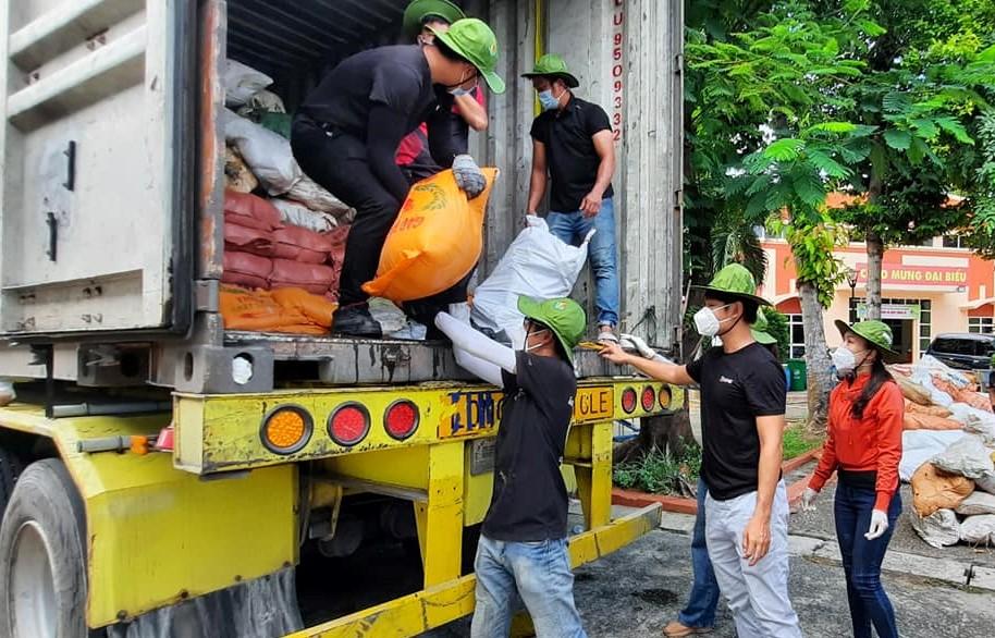 Các tình nguyện viên phụ trách vận chuyển gạo đến các khu cách ly, phong tỏa trên địa bàn TP.