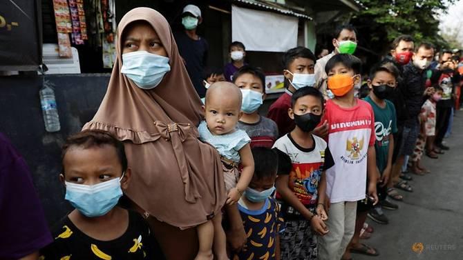 Người dân Indonesia xếp hàng chờ nhận hỗ trợ từ chính phủ.
