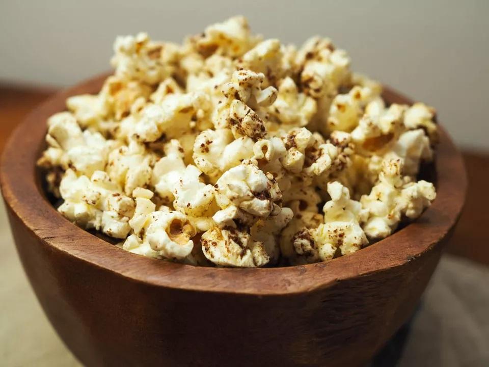 Bỏng ngô Za'atar (Húng tây, vừng và hạt Sumac) 20150126-popcorn-flavour-2-daniel-gritzer-07.jpg Za'atar , một hỗn hợp gia vị Trung Đông thường được làm từ cỏ xạ hương khô và lá oregano, cây thù du và vừng, là một hương liệu tuyệt vời cho bỏng ngô. Cây thù du bổ sung thêm vị chua ngọt của quả mọng cho sự pha trộn, trong khi các loại thảo mộc tạo thêm hương gỗ và vừng có chất lượng hấp dẫn.  Nó cũng cực kỳ dễ làm, giả sử bạn sử dụng za'atar mua ở cửa hàng: chỉ cần quết bỏng ngô với dầu ô liu, rắc lên za'atar là xong.