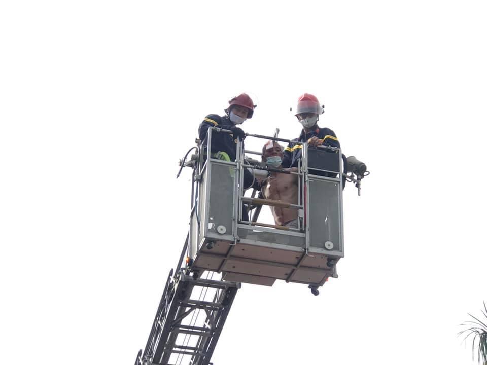 Sử dụng xe thang đưa bệnh nhân xuống an toàn