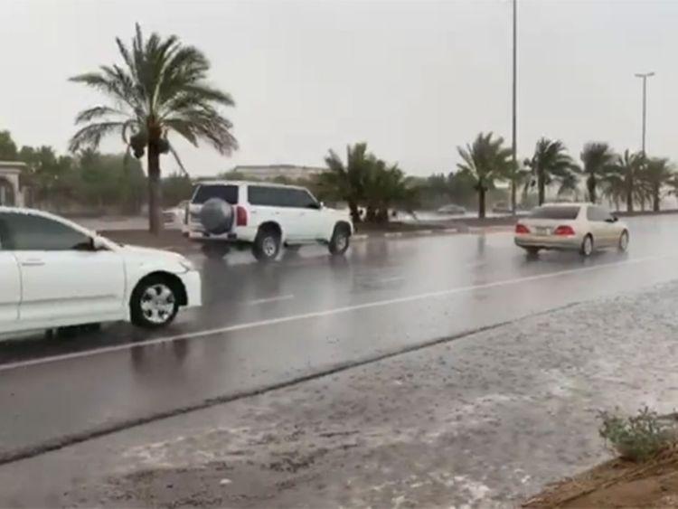 Mưa nhân tạo bắt đầu đổ xuống một số nởi ở UAE - Ảnh: Gulf News