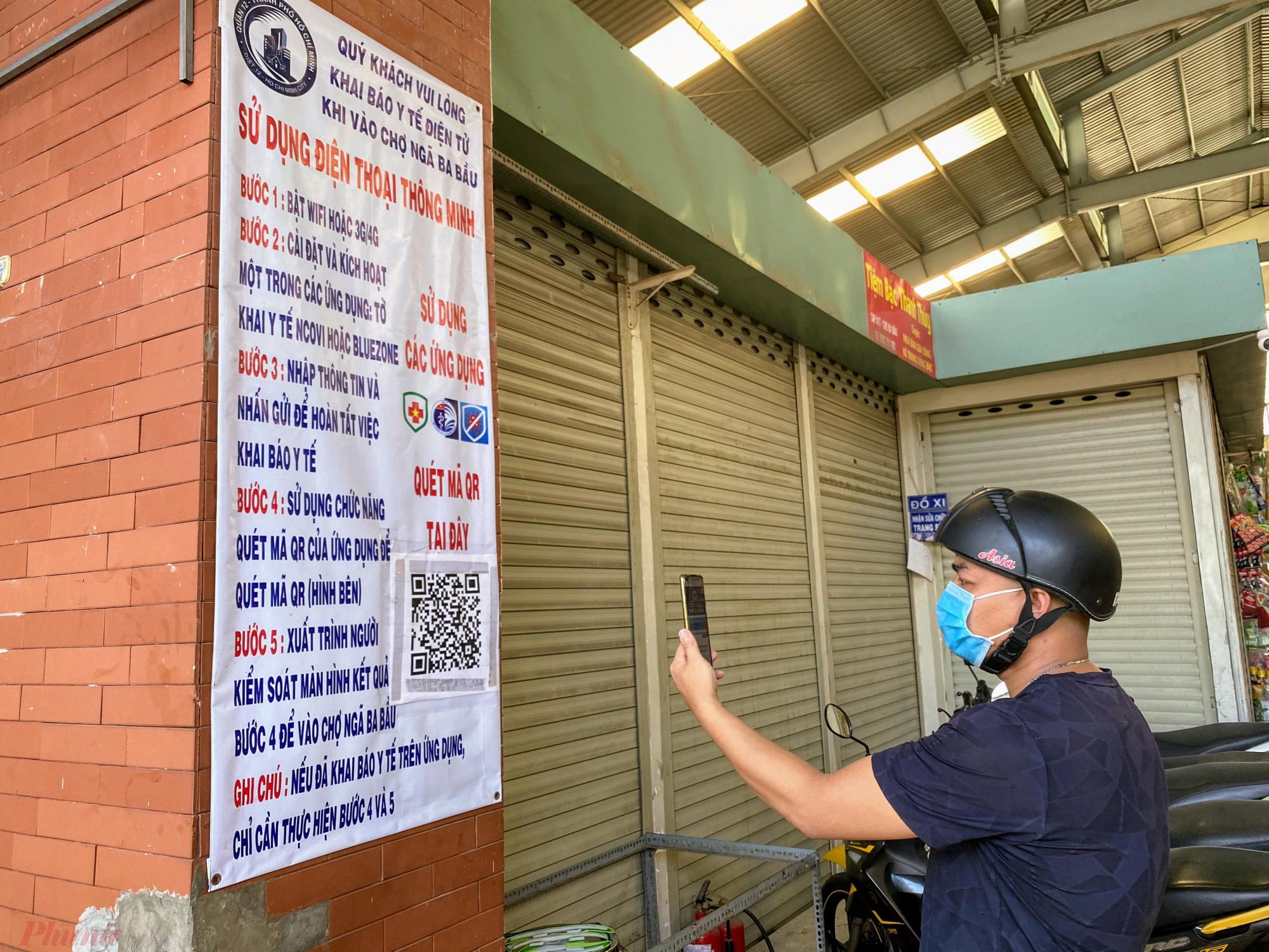 Người  dân thực hiện khai báo y tế khi vào chợ, đối  với  người  không  có điện thoại thông minh, ngay  tại  khu  vực đo thân nhiệt có sẵn sổ điền thông tin, số  điện  thoại  để  chợ  kiểm  soát  lượng  người  ra  vào  chợợ.