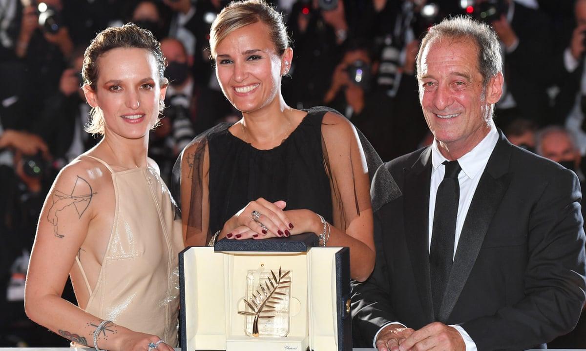Đạo diễn người Pháp Julia Ducournau (ở giữa) và 2 thành viên trong ê-kíp sản xuất Titane.