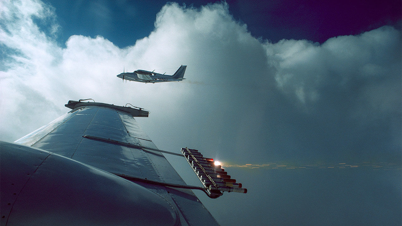 Máy bay đang làm nhiệm vụ sản xuất mây - Ảnh: Masala