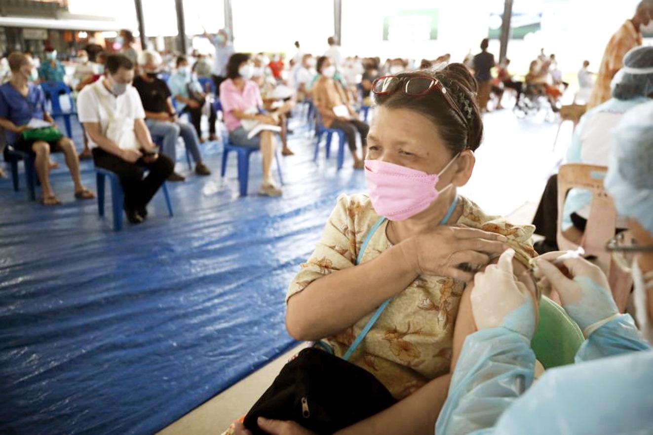 Nhân viên y tế Thái Lan tiêm vắc-xin AstraZeneca cho những người trên 50 tuổi ở Bangkok, Thái Lan, vào ngày 16/7 - ẢNH: AFP
