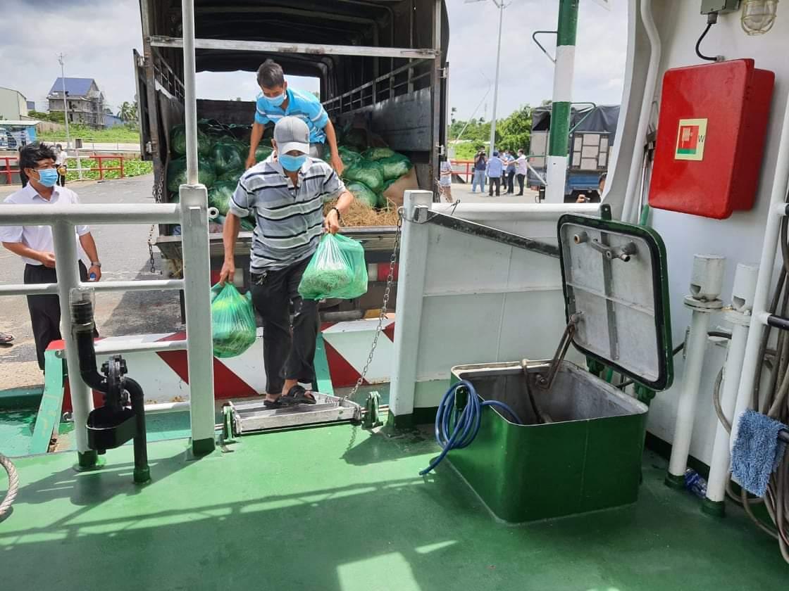 Khẩn trương vận chuyển hàng rau củ quả lên tàu cao tốc trưa 19/7 để kịp thời chuyển đến TPHCMđến