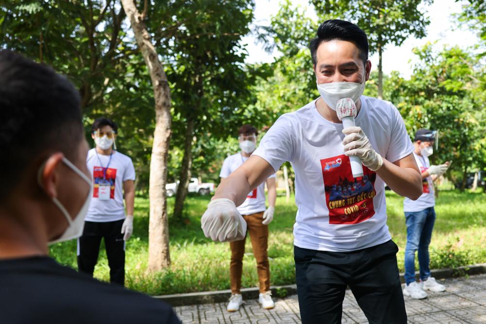 Ngoài hoạt động cắt tóc, các ca sĩ Phương Thanh, Quốc Đại, Lê Minh nhóm MTV, Thy Lưcòn tổ chức 'mini show' hát động viện các y bác sĩ và bệnh nhân tại bệnh viện dã chiến.