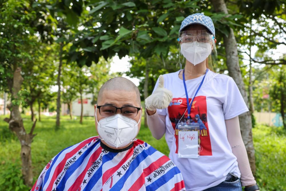 Anh Trần Sơn - là kỹ thuật viên,khoa chẩn đoán hình ảnh bệnh viện ĐHYD cơ sở 1 tin tưởng giao mái tóc của mình vào 'tay nghề' của MC Lý Ngô và được 'ủi' bóng loáng, mát mẻ chỉ trong 10 phút