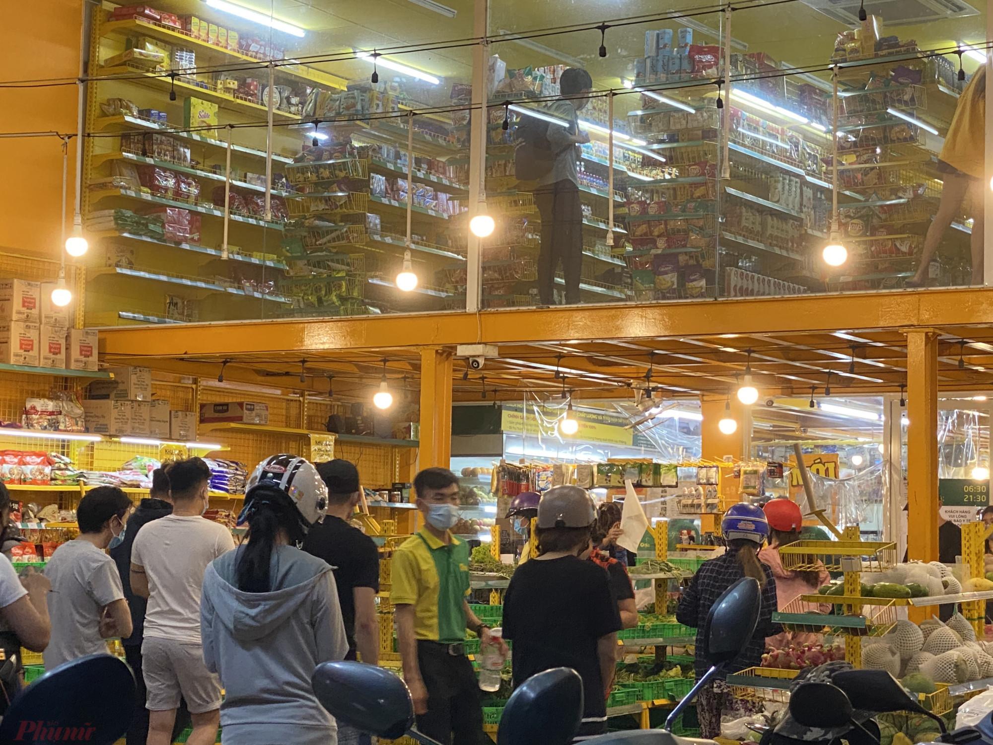 Bách hoá Xanh trên đường Ung Văn Khiêm (quận Bình Thạnh, TPHCM) khách xếp hàng rất đông chờ mua. Ảnh: Quốc Thái