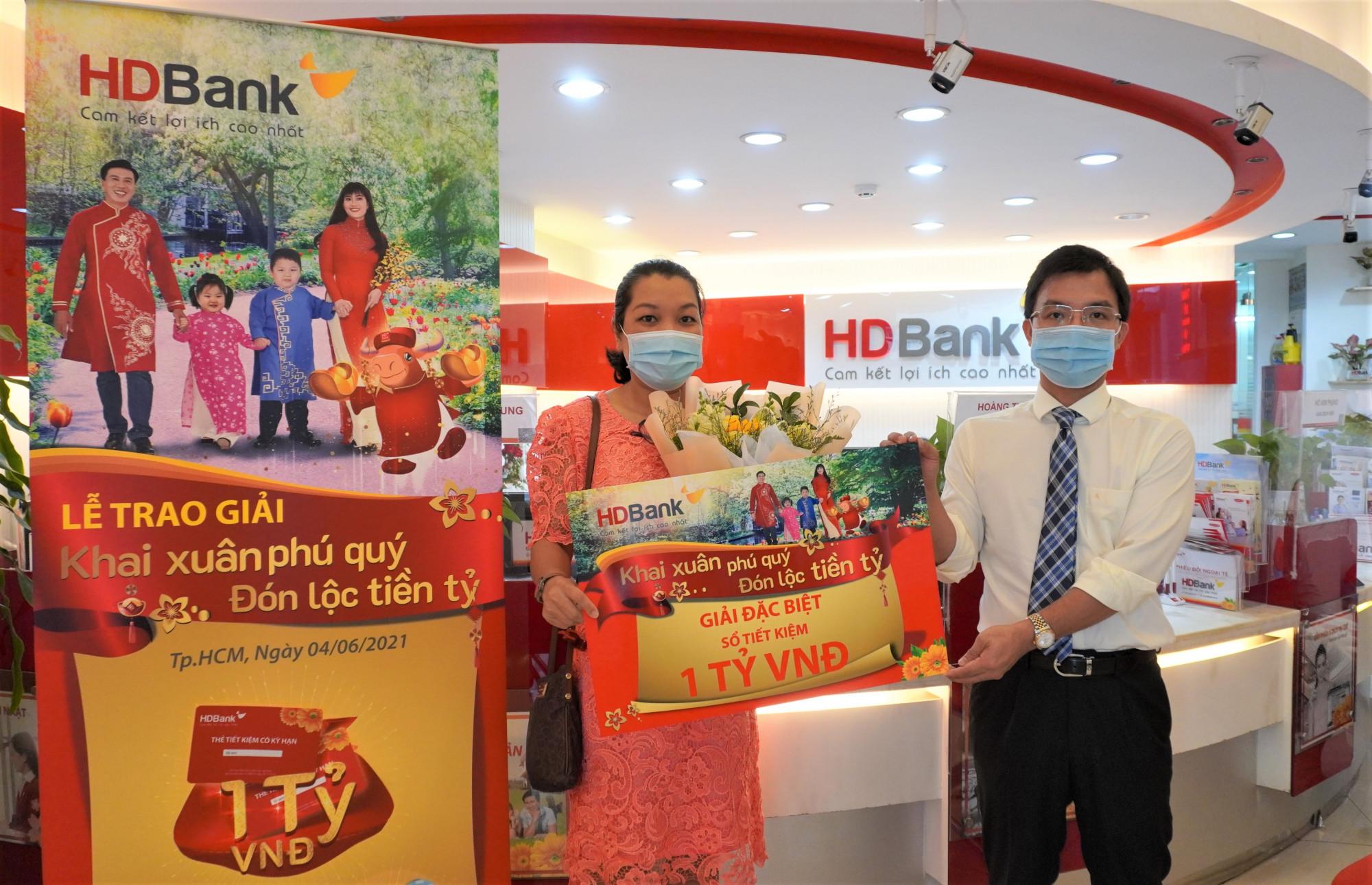 Ông Lê Ngọc Anh - Giám đốc HDBank Duy Tân trao sổ tiết kiệm 1 tỷ đồng cho khách hàng Phạm Thị Bảo Khanh. Ảnh: HDBank