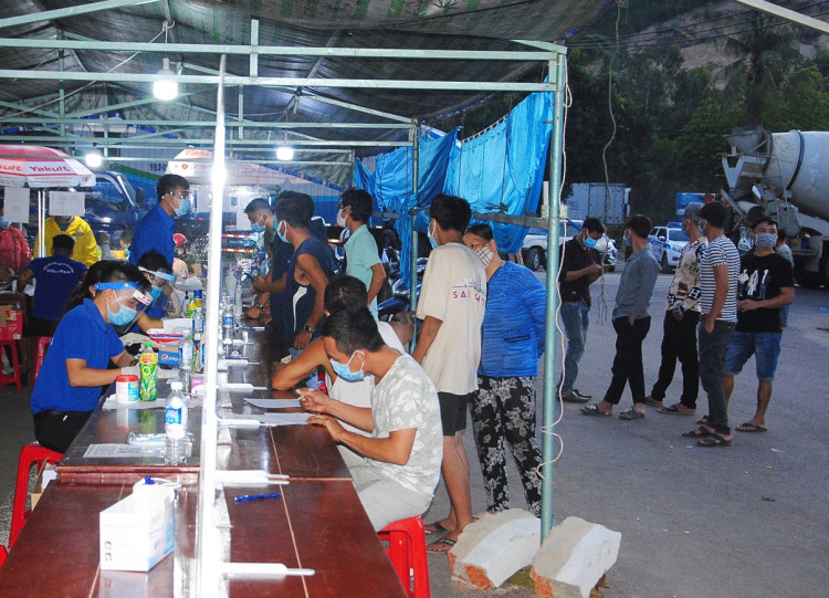 +1: Chốt khai báo y tế trên QL 1A đoạn đèo Cù Mông (phường Bùi Thị Xuân, TP Quy Nhơn).