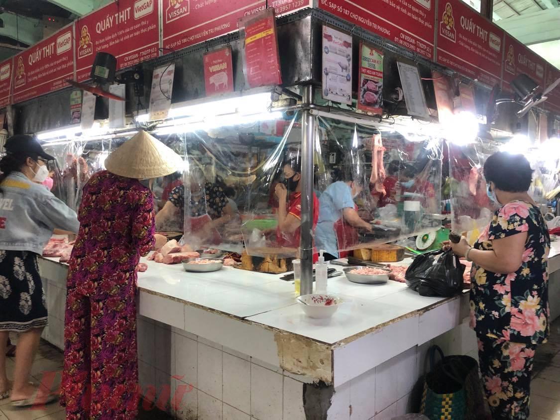 Người dân mua thực phẩm tại chợ Nguyễn Tri Phương, quận 10, TP HCM.