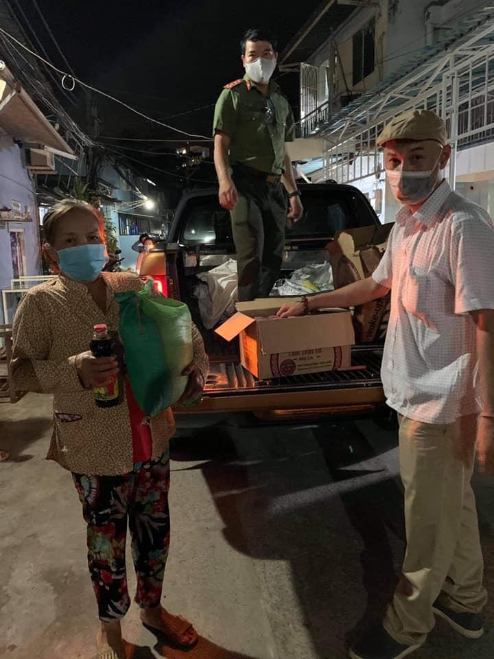 Người dân gặp khó khăn nhận quà hỗ trợ từ Thuỷ Tiên