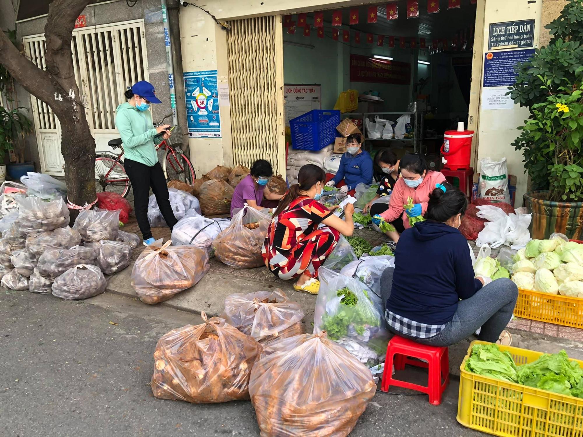 Một địa điểm nhận được rau hỗ trợ để chế biến thức ăn giúp người dân