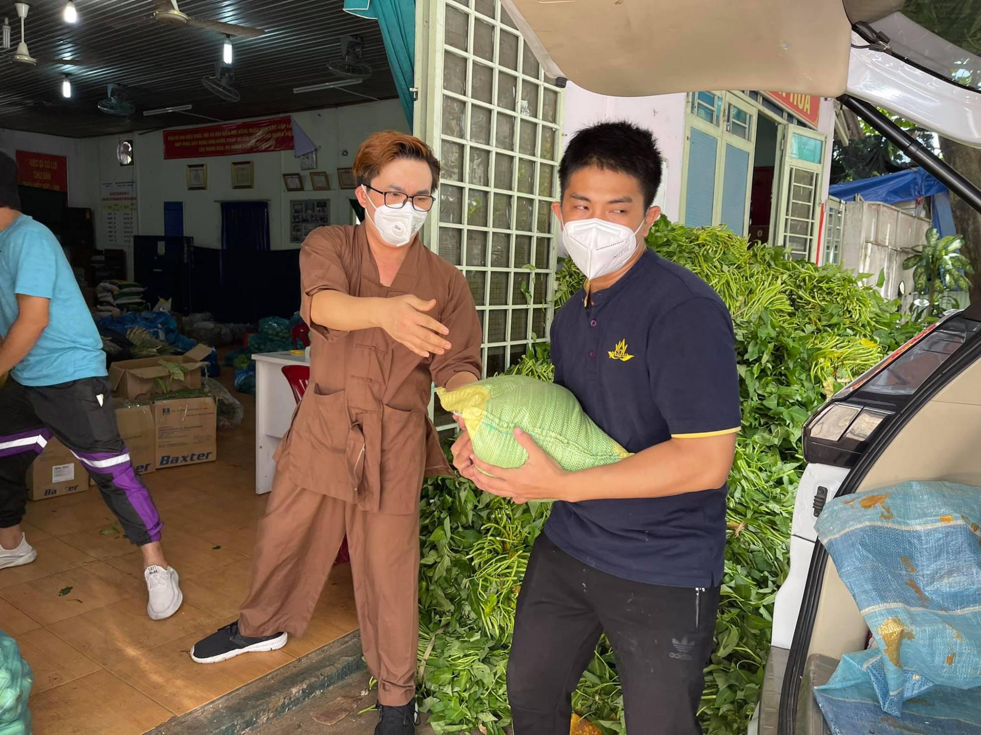 MC Đại Nghĩa và các cộng sự chuyển gạo, rau cho các khu vực bị cách ly, phong toả, người dân gặp khó khăn do dịch COVID-19.
