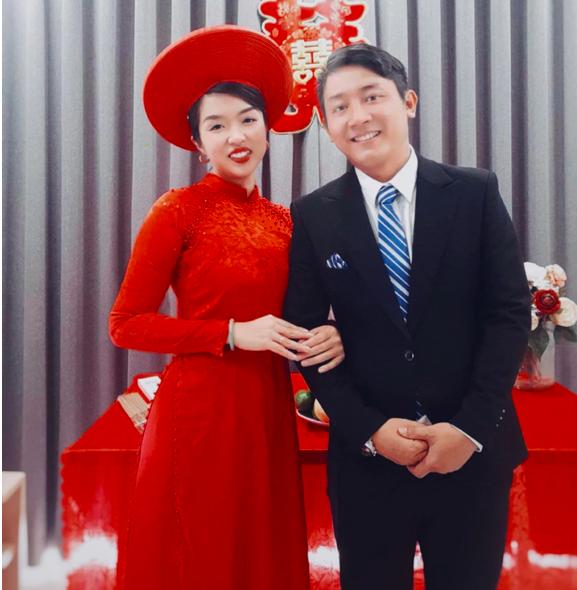 Cô dâu chú rể rạng rỡ trong đám cưới thật đặc biệt, dẫu không hoành tráng nhưng đầy ắp tình yêu thương từ mọi người
