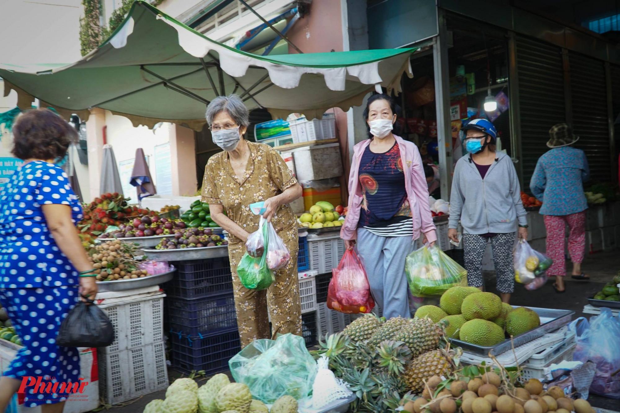 Chợ Bình Thới, quận 11, TP HCM hoạt động trở lại, người dân có thêm nơi để mua thực phẩm.
