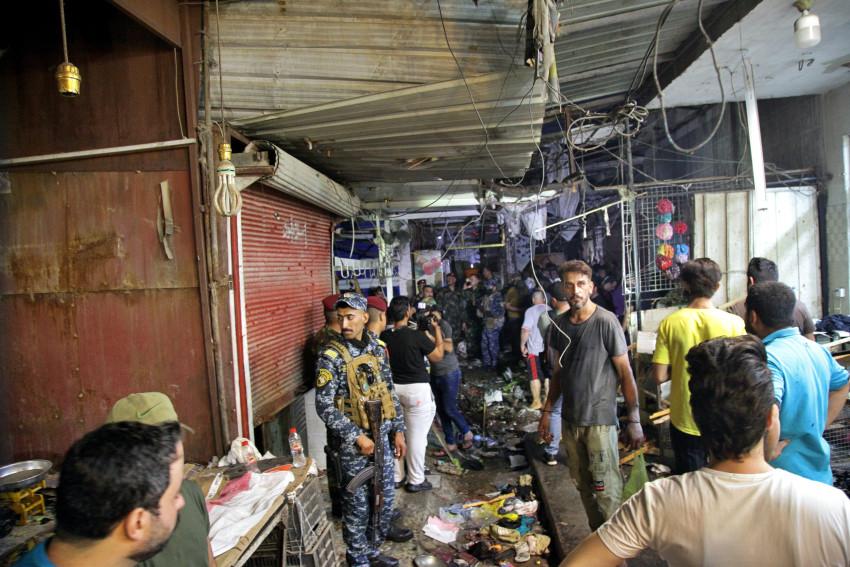 Người dân và lực lượng an ninh Iraq có mặt tại hiện trường vụ đánh bom liều chết.
