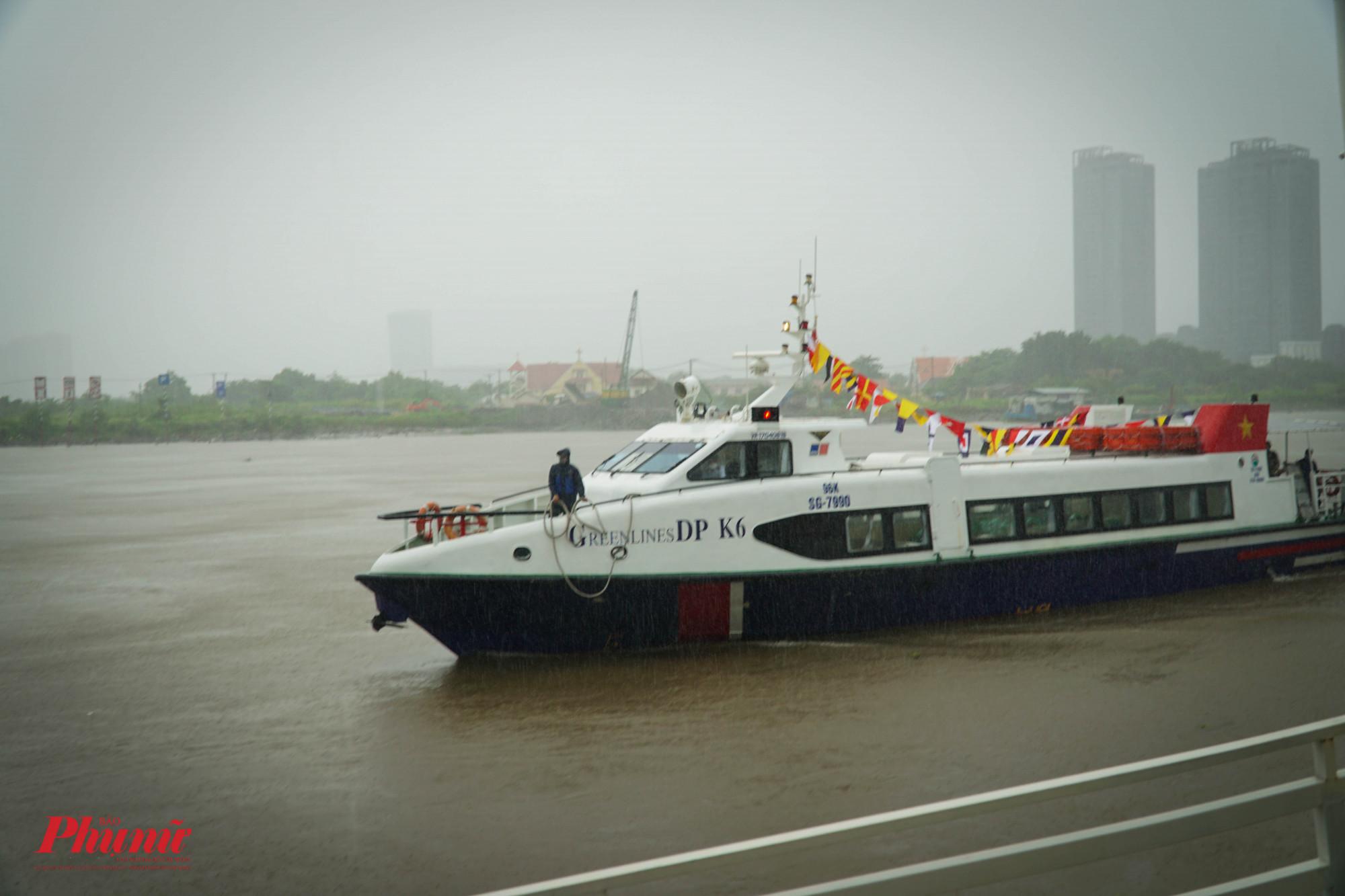 16g, chuyển tàu cao tốc vận chuyển hàng hóa thiết yếu từ Tiền Giang lên TPHCM cập bến Bạch Đằng (Quận 1)