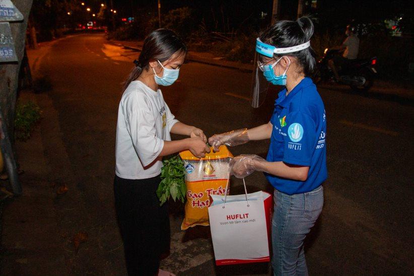 Nhiều trường đại học đã tiếp tế thực phẩm, hỗ trợ học phí cho sinh viên vượt qua mùa dịch