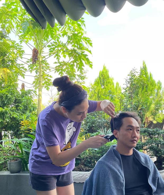 Đàm Thu Trang vô cùng khéo tay khi tỉa tóc mới cho ông xã đại gia Cường Đô La đẹp không kém gì salon.