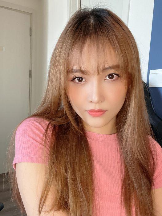 Tương tự Hari Won, Trương Mỹ Nhân cũng mạn dạn cắt phăng phần tóc mái dài của mình để tạo kiểu mái lưa thưa, được giới trẻ thịnh hành. Mai tóc mới giúp cô nàng trẻ trung và khá hợp với gương mặt trái xoan của người đẹp.