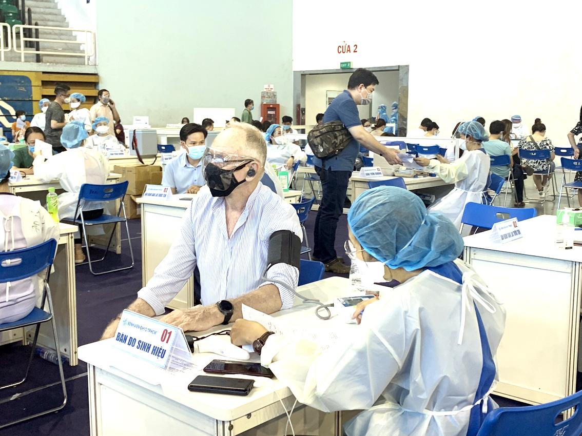 Tiêm vắc xin ngừa COVID-19 cho giáo viên nước ngoài tại TPHCM