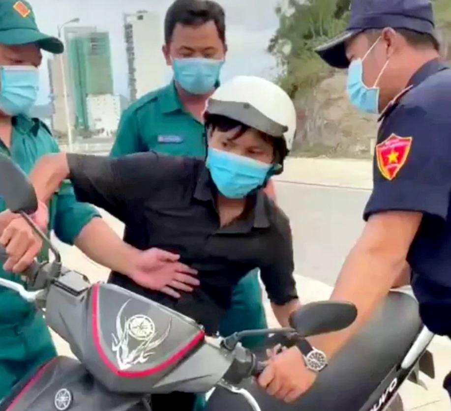 Hình ảnh anh Em bị Tổ công tác phường Vĩnh Hòa giữ giấy tờ và chiếc xe máy. Ảnh cắt từ clip.