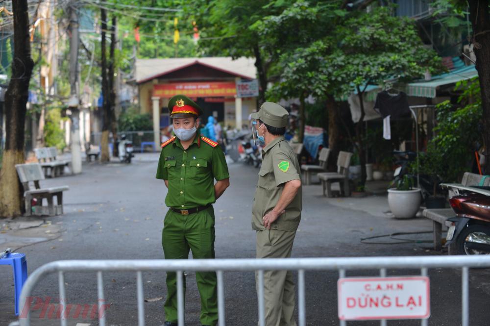 Theo ghi nhận của PV, chiều ngày 19/7 tại tổ 15, phường Nghĩa Đô, quận Cầu Giấy đã được phong tỏa sau khi ghi nhận 2 ca dương tính với SAR CoV-2 để phòng chống dịch bệnh.