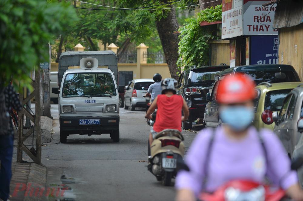 Cũng trong chiều nay, lực lượng công an phường đi nhắc nhở những hộ dân buôn bán mặt hàng không thiết yếu