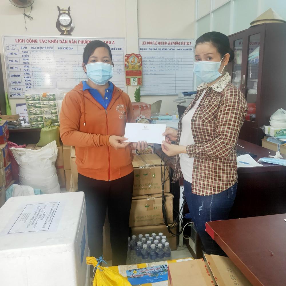 Hội LHPN phường Tân Tạo A trao tiền hỗ trợ cho chị em công nhân.
