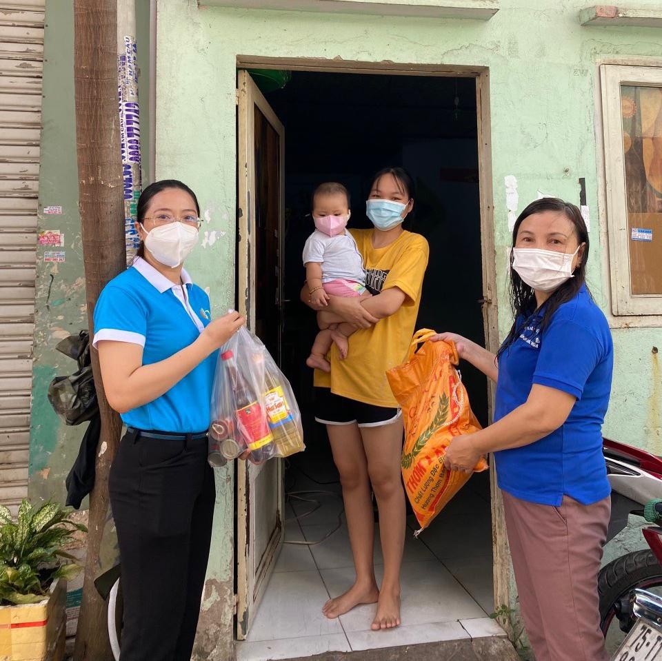 Ngày 18/7, Hội LHPN quận Bình Tân mang 500 phần quà trao cho nữ công nhân
