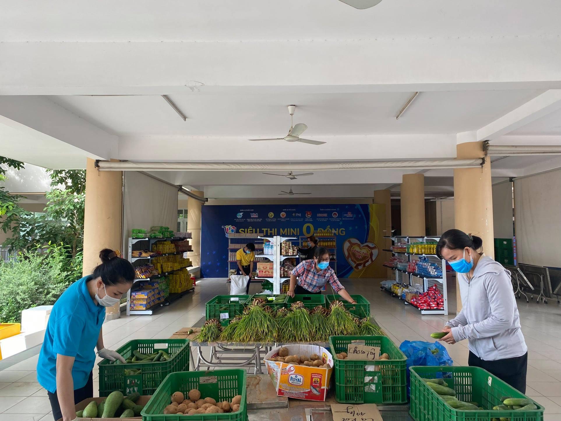 Siêu thị có các mặt hàng rau củ, hồ hộp, sữa, dầu ăn,... cho người dân tự do lựa chọn