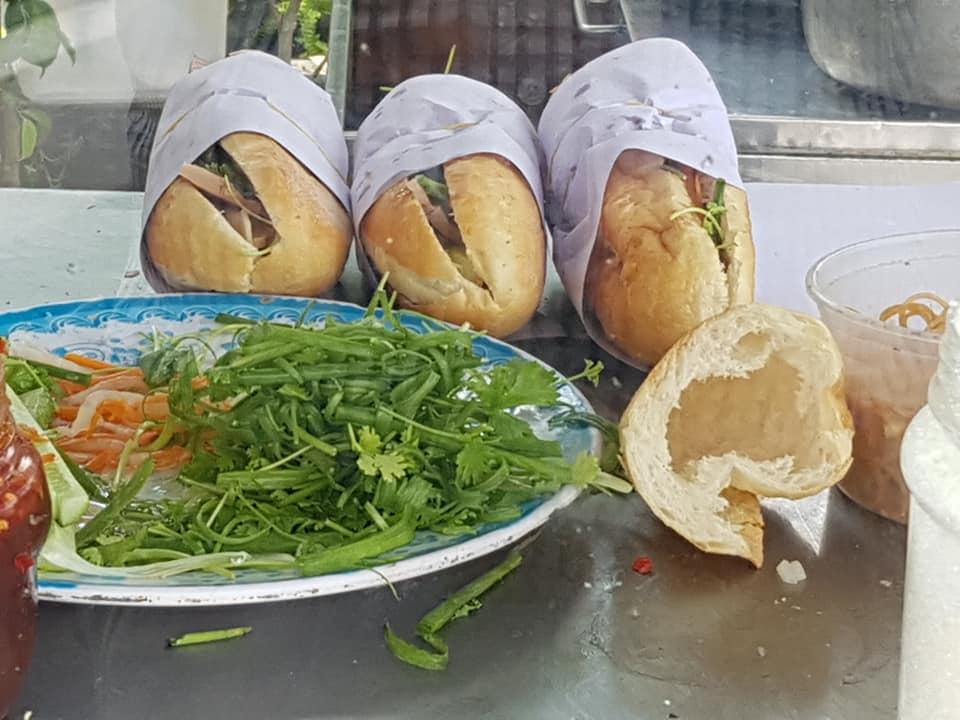 Bánh mì đã là một phần trong đời sống thị dân, dẫu nó không phải là thực phẩm chính của người Việt