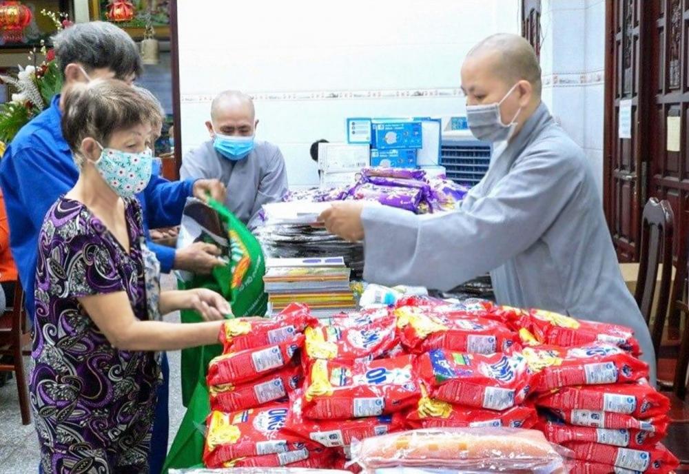 Các sư cô chùa Bồ Đề Lan Nhã hỗ trợ 200 suất quà cho người dân khó khăn