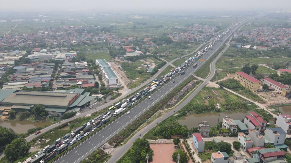 Sáng 20/7, Trạm thu phí cao tốc Pháp Vân - Cầu Giẽ, lượng phương tiện vào trung tâm TP Hà Nội rất đông.