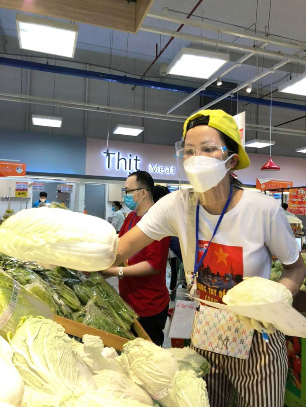 Hoa hậu H'Hen Niê đi chợ giúp người dân  ẢNH NHÂN VẬT CUNG CẤP