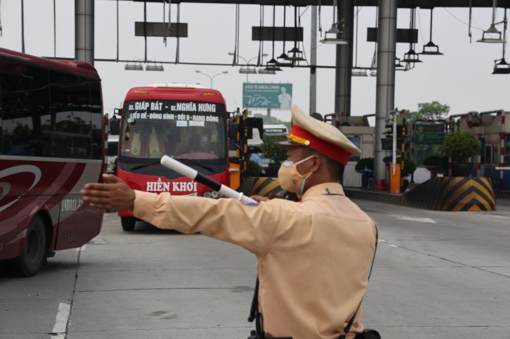 """Lực lượng CSGT tiến hành kiểm soát 100% các phương tiện vào thành phố, kể cả các phương tiện mang biển kiểm soát Hà Nội để đảm bảo công tác phòng chống dịch được chặt chẽ nhất""""."""