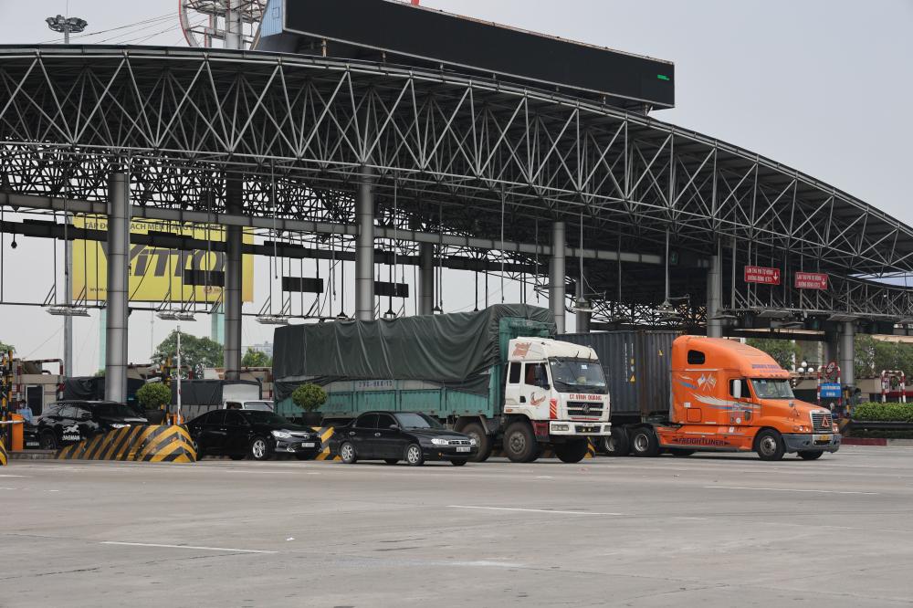 Để kiểm soát kỹ người và phương tiện vào Hà Nội, lực lượng liên ngành tại chốt đã phối hợp với Công ty cổ phần BOT Pháp Vân – Cầu Giẽ chỉ mở 3 làn xe đi qua chốt kiểm dịch.