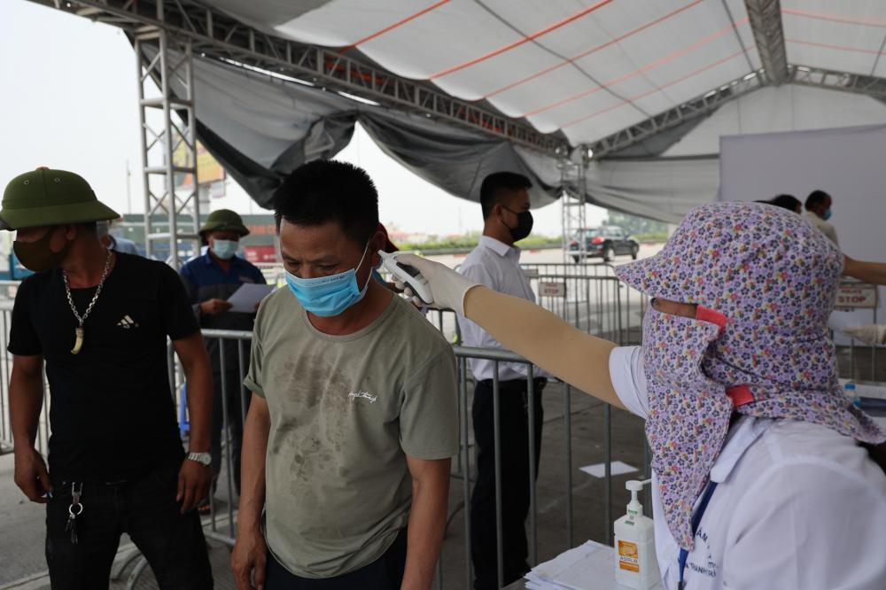 Người dân khai báo và kiểm tra y tế tại chốt kiểm soát dịch.