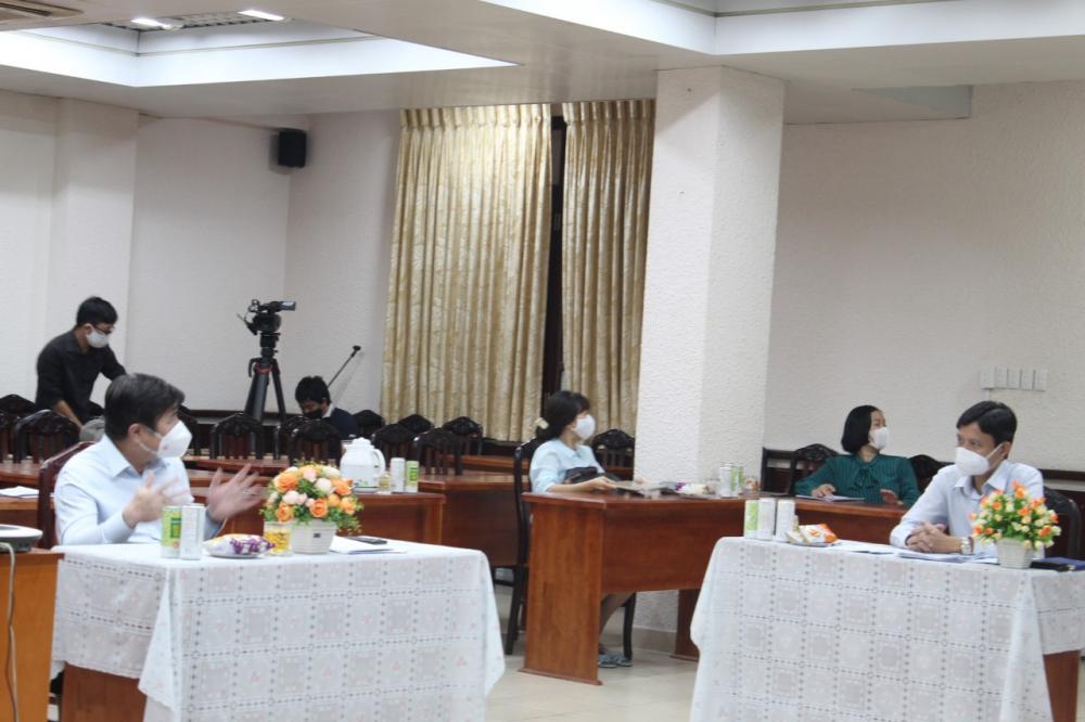 Chủ tịch UBND TPHCM Nguyễn Thành Phong trao đổi với Chủ tịch UBND quận Tân Bình Nguyễn Bá Thành về việc thực hiện nghiêm Chỉ thị 16 đồng thời đảm bảo công tác an dân.