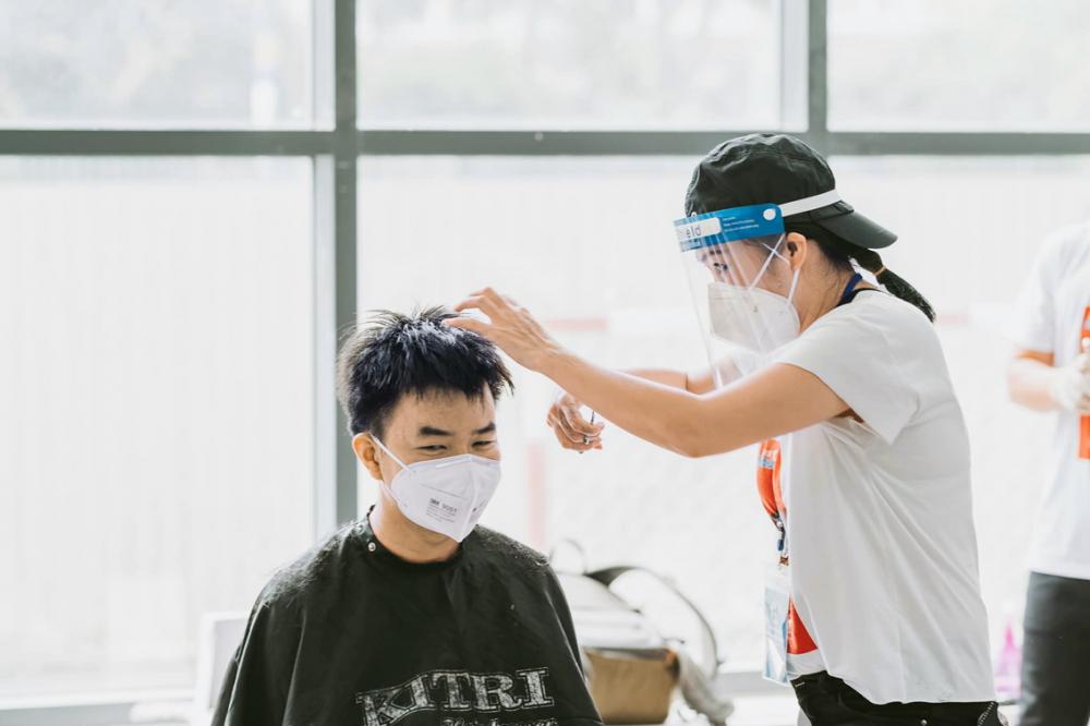 Ca sĩ Phương Thanh cắt tóc cho lực lượng chống dịch - ẢNH NHÂN VẬT CUNG CẤP