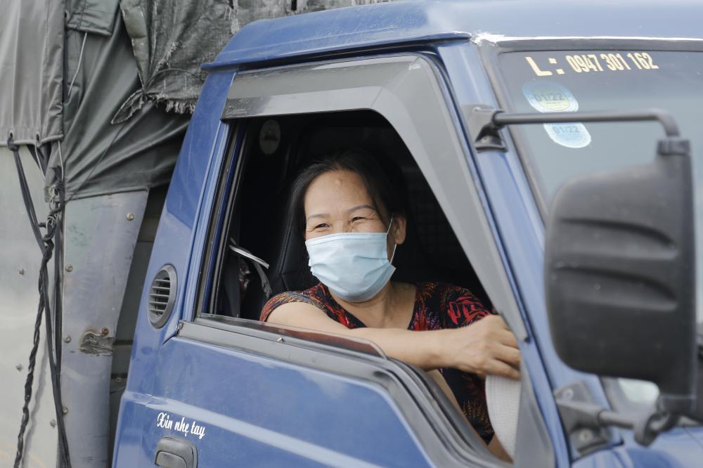 """Cô Nguyễn Thị Thảo ở Hà Nam  chia sẻ:"""" Xe tôi chờ đã được gần  2 tiếng rồi nhưng vẫn chưa được qua. Phải chờ đợi lâu có hơi bất tiện nhưng vì công tác phòng chống dịch nên tôi cũng thông cảm và chấp hành""""."""