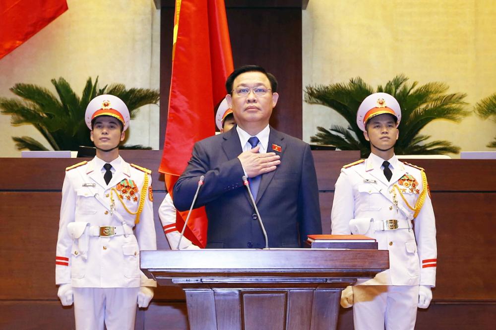 Chủ tịch Quốc hội Vương Đình Huệ thực hiện nghi thức tuyên thệ. Ông kỳ vọng, đại biểu Quốc hội khóa XV sẽ đưa hơi thở cuộc sống vào nghị trường